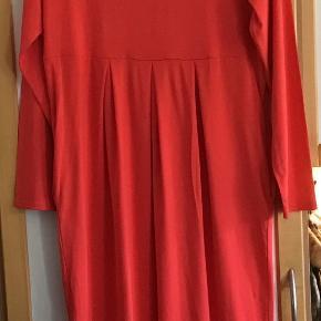 Helt ny fantastisk lækker kjole af 95 % viscose, 5 % elasthane. Måler fra ærmegab til ærmegab 50 cm. Uden stræk. Længden 116 cm. Lommer i siderne. Fast pris.
