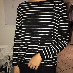 Sælger denne stribede trøje/strik. Den passes af både en S og M🌸