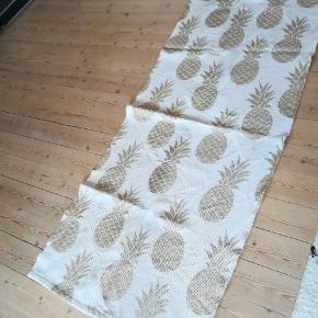 Nyvasket gulvtæppe med ananas print.   Se også mine andre annoncer 😊 jeg giver mængderabat