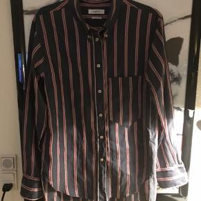 Lækker skjorte i mørkegrå med rød/creme stribe. Kvaliteten er bomuld og silke. Brugt een gang. Fransk str 44 svarer til dansk str 42 eller til XL
