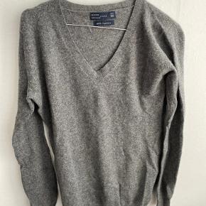 100% cashmere trøje fra Zara. Super pæn stand!  Meget lille i str! Det er en str.L, men vil mere sige det er en S eller M