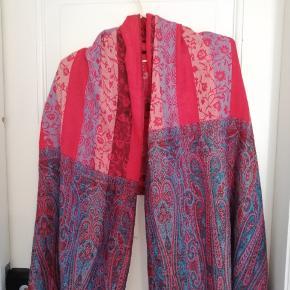 Smukt indisk tørklæde i røde nuancer. Varmt til vinterkulden.