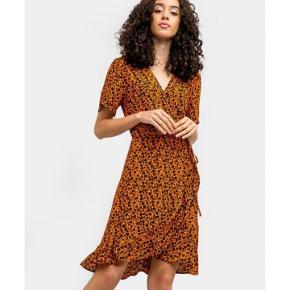 Rigtig fin slå-om kjole fra Just Female.  Størrelsen er L, men den passer også en medium.   Brugt én gang til et bryllup.