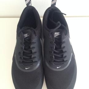 """AIR MAX THEA sneakers i farven """"noir/gris"""" (de er sorte og grå). Str. 38,5. Men de er små i størrelsen - så vil tro, at de passer en str 37-37,5 eller en lille str. 38. Jeg sælger dem selv, da de er lidt for små til mig. Brugt få gange og ser ud som nye.  Nypris: 979 kr. Kvittering haves.  JEG BYTTER IKKE - respekter venligst dette.  Se også mine andre annoncer."""
