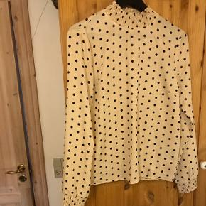 Sælger denne lækre bluse, som er brugt en enkel aften. Prisen er ikke fast, så kom med et bud. Varen kan sendes, men på købers regning.