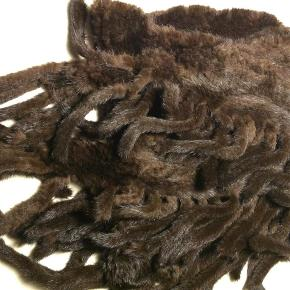 Brand: Mink Varetype: Sjal pels Størrelse: 180x50 + haler Farve: Brun  Smukt ubrugt strikket trekantet minksjal med halevedhæng  Str. 180 x 50 + halers længde ca. 20 cm  Mp. 1800,- pp - Bud ønskes under hensyntagen til nypris og stand!  Mobilepay - Ønskes Ts-handel betaler køber 5% gebyret  Mødes gerne i Odense og handler.
