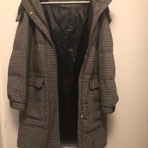frakke fra Malene Birger med varmt foer. Pæn og velhold frakke, med aftagelig hætte og store lommer. Modellen er fra 2019 er en str.40 men svare til en 42 da den er oversize  Nypris kr. 5000,-