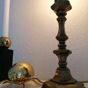 Så fin retro lampe i smukt design.  Flot med en glødepære i, for mere moderne udtryk.  Lampen er tung.   Kan afhentes i Tilst.  Bordlampe Sengelampe Glødepære Lampe Arbejdslampe