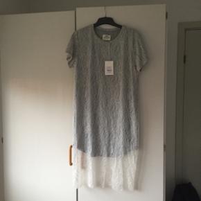 Fin T-shirt blonde kjole fra Mads Nørgaard. Aldrig brugt, så fejler ingenting. Nypris 1400kr. Str. 38.