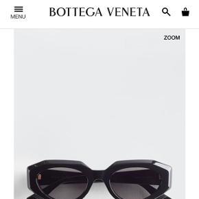 Helt nye Bottega solbriller fra ss.20, sort m. Guld hardware.  Aldrig brugt, købt i Milano i denne måned, æske, kvittering, ægthedsbevis og etui medfølger. Bytter ikke