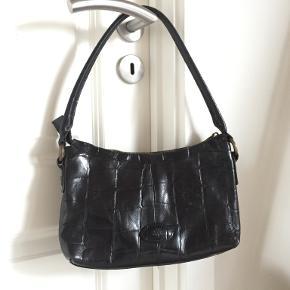 Lækker vintage skuldertaske fra mulberry i sort Croco læder Har lidt slid på hanken, bagpå og foran tasken. BYD
