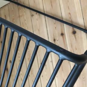 HAY Hee loungestol sælges!  Den har ikke været brugt, og jeg har haft den siden jul.  Den har fået to små hakker (se billeder), som jeg har forsøgt at male med noget sort tusch. Det er ikke noget man ser, ellers står den super flot.  Nypris fra 1299,-