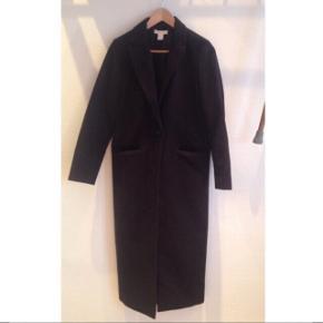 Den lækreste, blødeste jakke fra H&M. Tyk og varm. Mørkeblå. Som ny. Str. Small/36.