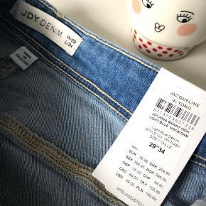 """Jacqueline de Yong Denim """"Jona Skinny High"""" str. 29/34 i farven light blue 👖  Bukserne har følgende mål:  108 cm. (højde)  36 cm. (livvidde) 26 cm. (lår bredde)  28 cm. (skridtlængde)   (OBS: jeg sælges også samme jeans i størrelse 28/34)  Materiale: 99% bomuld & 1% elastane  Byd gerne kan enten afhentes i Århus C eller sendes på købers regning 📮✉️"""