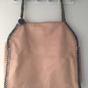 Helt ny Stella McCartney falabella faux tote two chain i farven blushpink. Den er aldrig brugt. Sølv hardware. Str 39 cm bredde fra kæde til kæde og 38 cm fra top til bund. Med dustbag og Kvittering haves.