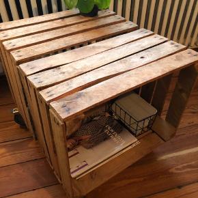 Sofabord i rustikt design lavet af gamle æblekasser. Super praktisk med opbevaring i hver side og hjul, der ruller godt.