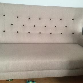 Retro sofa købt i Ilva for ca 6000kr Stået stort set ubrugt på min datters værelse, da hun er flyttet hjemmefra  Den mørke sofa er den man kan købe i ILVA pt Syntes det var et bedre billede, men min er den lyse
