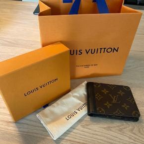 Sælger denne smukke Louis Vuitton pung. Købt sidste år, og kun brugt få gange.  Pungen fejler intet  Dustbag, æske og pose medfølger   Er åben for bud og sender gerne flere billeder