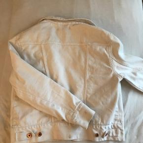 Fitted hvid cowboy jakke - farven er misvisende på billedet, hvor jakken ser gullig ud, da den har en meget ren og hvis farve :)
