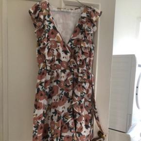 Den smukkeste Sofie Schnoor kjole sælges. Er en str. m. Kan både afhentes i Varde eller sendes via. Dao 🌸
