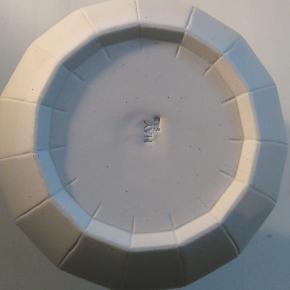 Bytter ikke.     Vase fra HAY, Paper Porcelain, keramik. Str. Large. Mål: Ø 14 cm, H. 19 cm. Det er den største af vaserne i serien. Str. Large. Vasen har stået til pynt i mit vitrineskab. Jeg har aldrig brugt vasen, så den fremstår som ny.