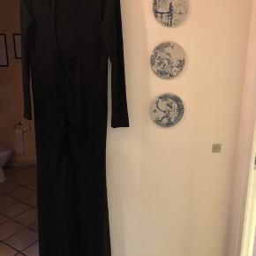 Flot, sort galla kjole fra bubbleroom sælges. Brugt en enkelt gang 🥳 Har en flot åben ryg og detaljer omkring numsen :)