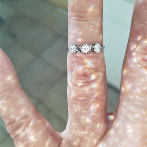 Virkelig Flot og Meget Elegant 14 Karat Hvidguld Ring m. 3 Funklende Diamanter i Virkelig God Kvalitet på total 0,40 carat sat i 3 Rosetter m. Hver 8 Fatninger. Ringen Fremtræder i Virkelig Smuk Stand !!!! Næsten som Ny.  Denne Ring Skal SES. !!!!  Hvidguld : 14 Karat Diamanter i alt : 3 Stk. Diamanters carat i alt : 0,40 carat Diamanters Kvalitet : SI - I Diamanters Farve : Wesselton Ringens Vægt : 2,6 g Ringens Str. 52