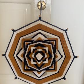 Rigtig fint ophæng til stuen eller børneværelset. Mål:45 cm.  Er blevet lavet på bestilling og med egne farver.