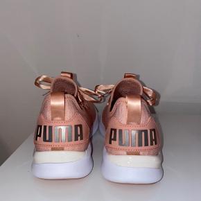 Lyserøde/Peach farvede Puma sneakers med silke snørebånd. Aldrig brugt men købt i USA så kvittering haves ikke længere. Åben for bud.