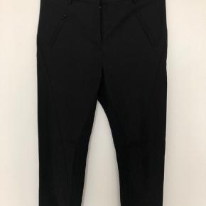 Klassisk bukser fra By Malene Birger. Bukserne har ribbed stof på indersiden af benen, som gør dem ekstra behagelige at have på. Brugt få gange.
