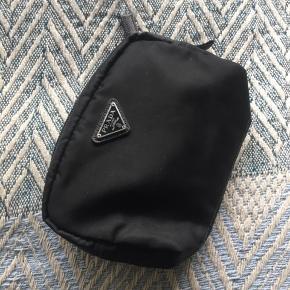 Sælger Prada pouch/cosmetic bag, da jeg aldrig bruger den. Den er næsten som ny og ingen tegn på slid nærmest. Nypris var 2000kr og min pris er 1150kr BYD gerne😊