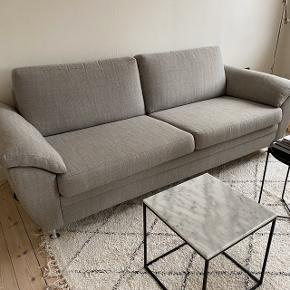 Stor 2-personernes sofa i grå, den er brugt men i rigtig god stand, som man kan se på det sidste billede er der dryppet lidt stearin ned på det ene armlæn, det bemærkes som ikke rigtig i hverdagen, man kan evt lægge et tæppe over.   pris. 800 kr   den skal afhentes på min adresse i Søborg på 2 sal og bæres ned selv