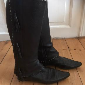 De fedeste italienske støvler med kvaster på siden.  De er brugte, men jeg plejer mine sko rigtig godt, så de har nogle gode år endnu.  Super kvalitet og mega behagelige at have på.