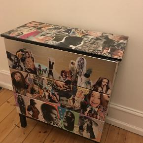 IKEAs TARVA kommode med decorpage. Toppen er beklædt med ekstra plast for at kunne rengøres nemmere.  Bredde: 79 cm Dybde: 39 cm  Højde: 92 cm