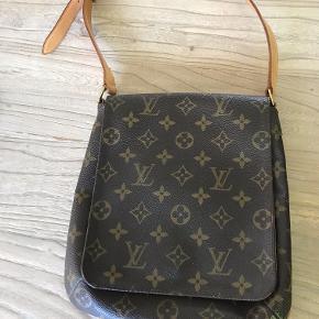 Jeg sælger denne fine taske. Remmen kan hænge på skulderen. Super flot stand, næsten ikke brugt. Målene: 21 x 24 cm. Nypris 4500,-