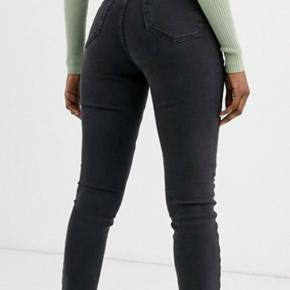 Topshop ridley high waist jeans I mørkegrå.  Str 26/30  Nypris 499  Jeg har aldrig brugt dem og de er derfor heller aldrig blevet vasket.