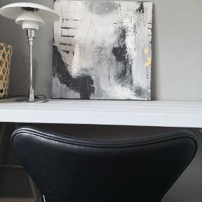 Maleri fra Art By Rohmann, flere kurser samt udstillinger bag sig. Maleriet måler 60x60.sort på siden så kan hænge uden råmme råt som det er eller påmonteres en ramme. Malerier også på bestilling. Kan sendes pp med postnord