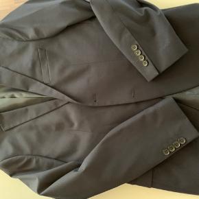Flot jakke - brugt 1 gang. Billederne viser ikke farven ordentligt. Flot mørkeblå jakke. Nb ingen bukser til.