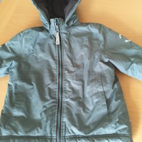 Mikk-line vinterjakke. Str 98. Vi har også brugt i str 104. Dejlig varm jakke. Farven er støvet grøn. Svært at se på billedet, men rigtig pæn i farven.