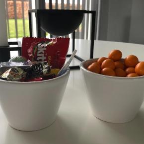 Varetype: Pynt Størrelse: Alm Farve: HVID  Søde skåle / kopper fra By Lassen Prisen er for begge Aldrig brugt Se også mine andre annoncer:)  Har i alt 3 sæt (6 stk i alt). Prisen er for ét sæt