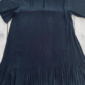 Samsøe & Samsøe kjole str M  Super fed kjole med knap luk på ryggen Helt ny med mærke på