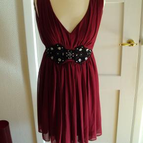 Ny kjole , stadig med mærke. Kjolen er foret og har lynlås bagpå.