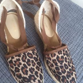 Helt ubrugte Ilse Jacobsen sandaler med gummisåler og 5 cm hæl. Oprindelig pris: 549kr
