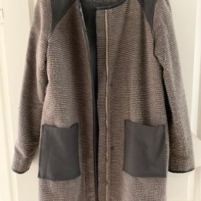 Lang jakke fra VILA i str. M. Er brugt, men fejler ikke noget. Sælger den, da jeg ikke kan passe den mere.