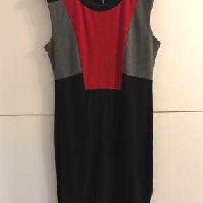 En fin elastisk kjole, brugt et par gange, i perfekt stand.