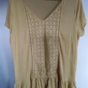 Bluse fra Violeta Mango, str. L.  Brystvidde120cm, længde 70 cm.  Bluse Farve: Gul