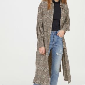 Flot frakke fra H&M trend. Str. 34. Aldrig brugt og stadig med mærke. Den har slidser i siderne og bindebånd. Bytter ikke 😊