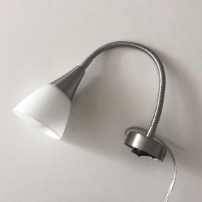 Fin lampe til ophæng på vægen! Har nogle små ridser i skærmen men er stadig ganske pæn at se på!