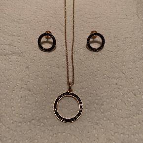 Rosaforgyldte 925 sølv fra Kranz&Ziegler. Spørg gerne hvis du ønsker detaljer om sættet.