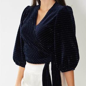 Varetype: Bluse Farve: Blå Oprindelig købspris: 1000 kr.  Smukkeste velvet top med lurex fra Ganni. Kun prøvet på. Bytter ikke. Vh Rikke